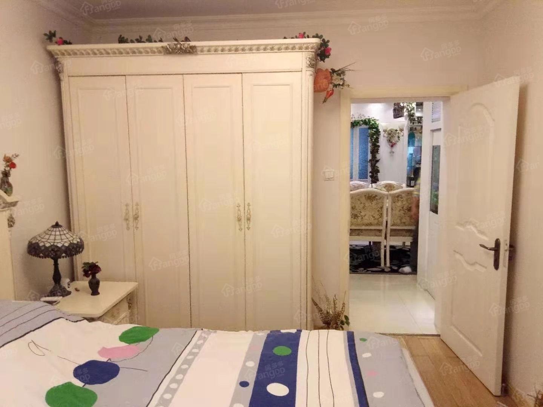 精装修两房一厅,中心位置,诚意卖