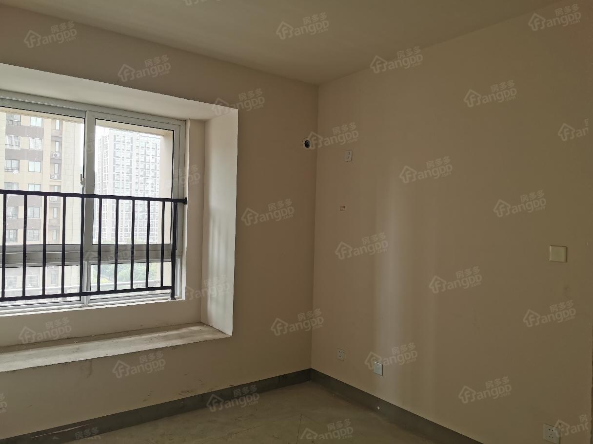 地铁口 奥特莱斯旁边小三房出售,学区未用